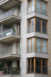 Warszawa ulWielicka budynek mieszkalny elewacja z kamienia