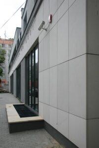 Biblioteka Multimedialna nr 31, Warszawa ul. Tyniecka - elewacja z piaskowca