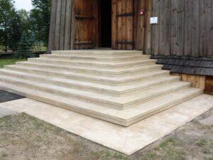 Poreby dymarskie, Kościół św. Stanisława i Wojciecha - schody z piaskowca