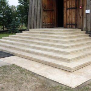 Poręby Dymarskie Kościół św. Stanisława i Wojciecha schody z piaskowca posadzki kamienne